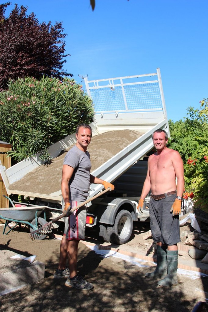 Sand arrives, the boys renovate the terrace Capestang
