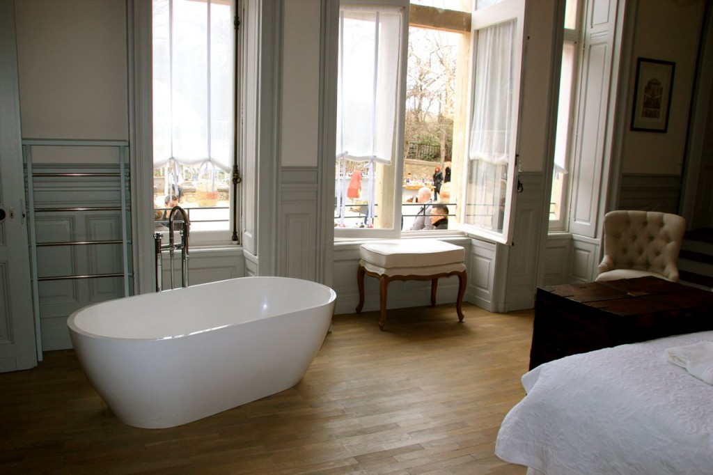 Carrasse suite with popup TV and bath in room