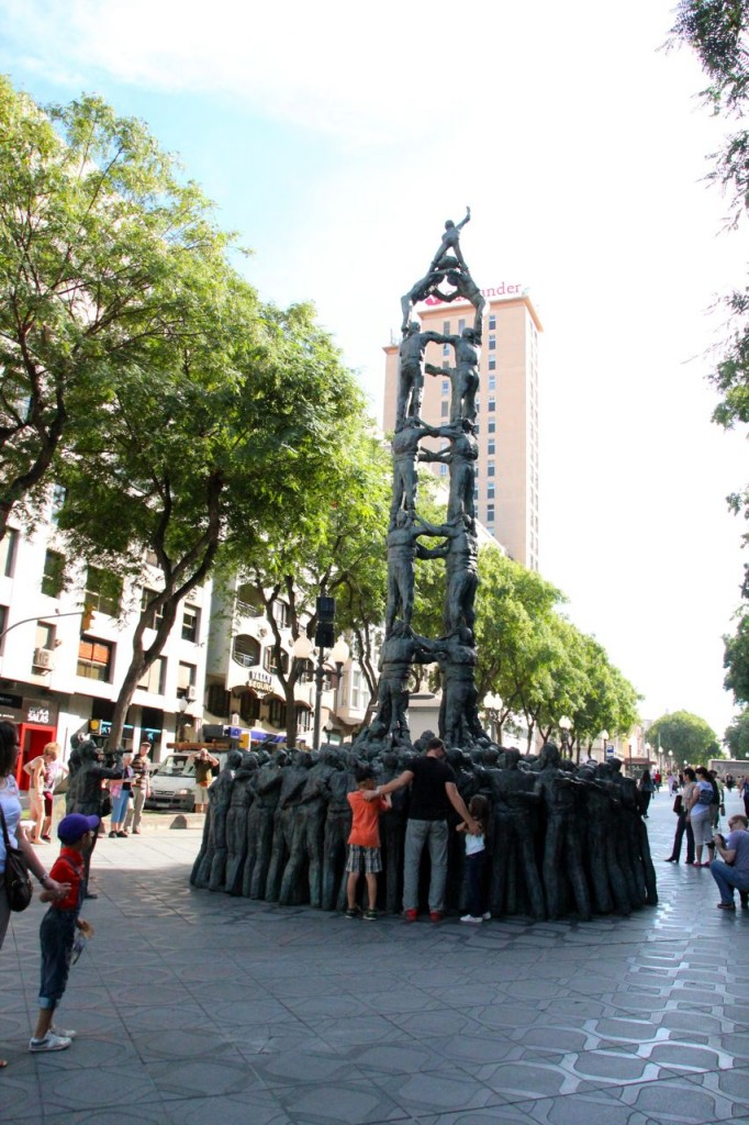 Interesting statue in the middle of the Tarragona Rambla