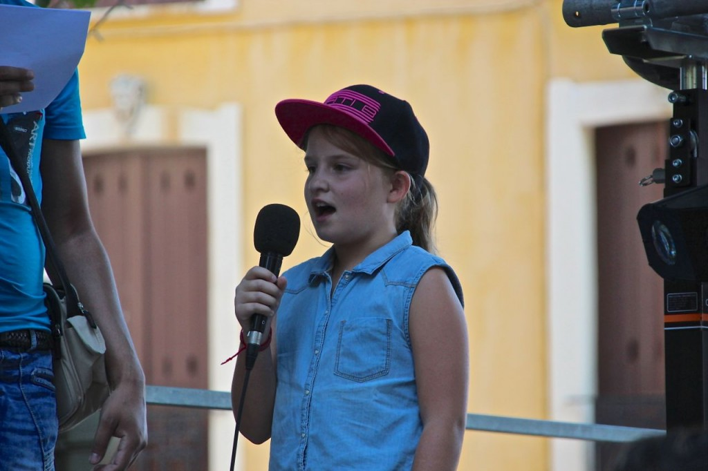 children sing in Capestang festival